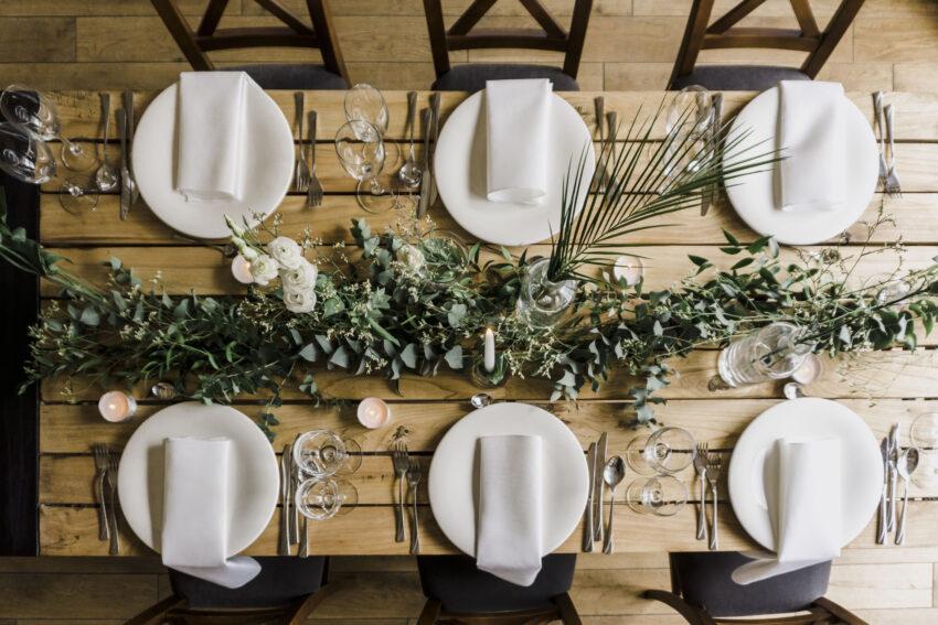 dekoracje stołów weselnych w stylu greenery